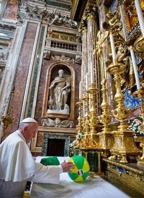 Bergoglio entrega pellota