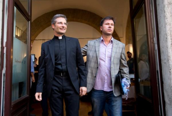 Monseñor Krzysztof Charamsa, a la izquierda, y su novio Eduard, cuyo apellido no fue proporcionado, posan para la foto a la salida de un restaurante al término de una conferencia de prensa en el centro de Roma, el sábado 3 de octubre de 2015. El Vaticano despidió a Charamsa el sábado por hacer pública su homosexualidad en la víspera de una gran reunión mundial de obispos. (AP Foto/Alessandra Tarantino)