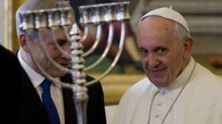 francisco-tras-el-candelabro-judio